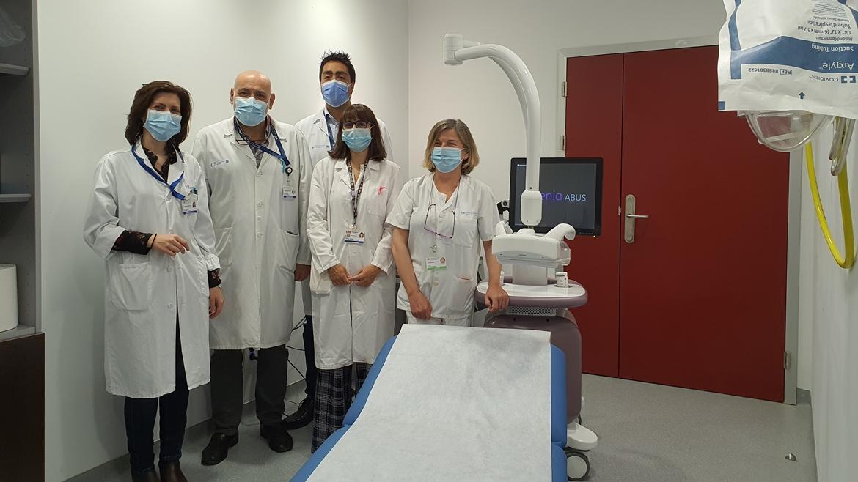 Equipo de profesionales de Radiodiagnóstico delante del ecógrafo 3D