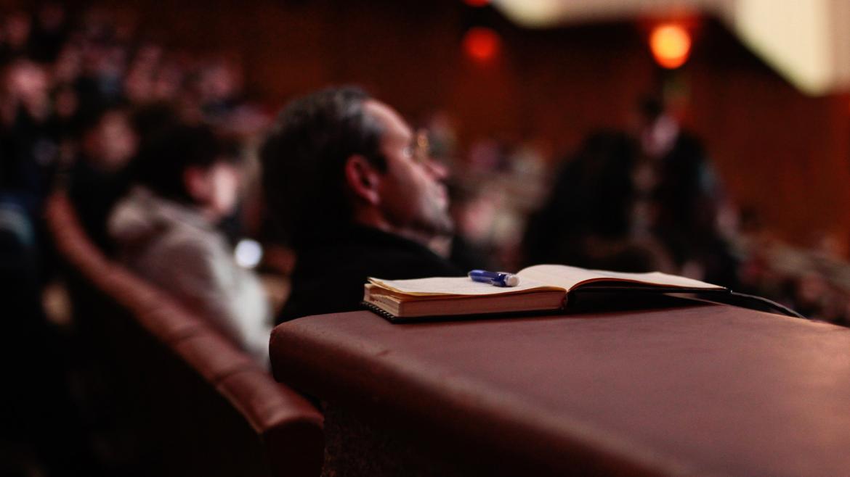 Imagen de auditorio asistiendo a una charla