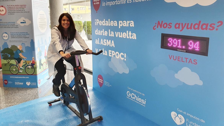 doctora montada en una bicicleta