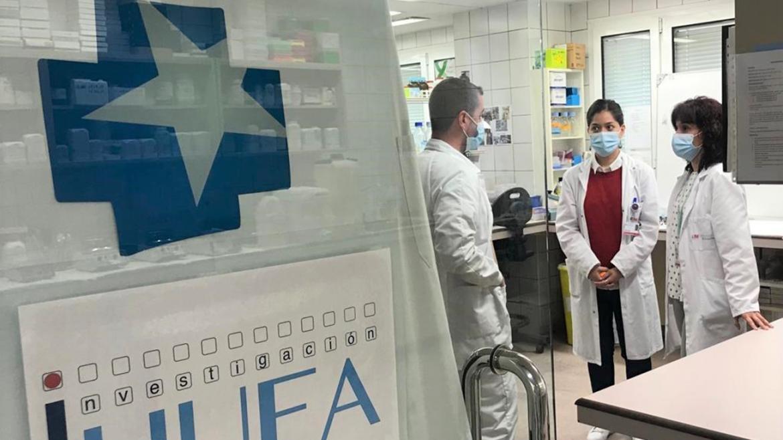 Visita al laboratorio y logotipo de Investigación