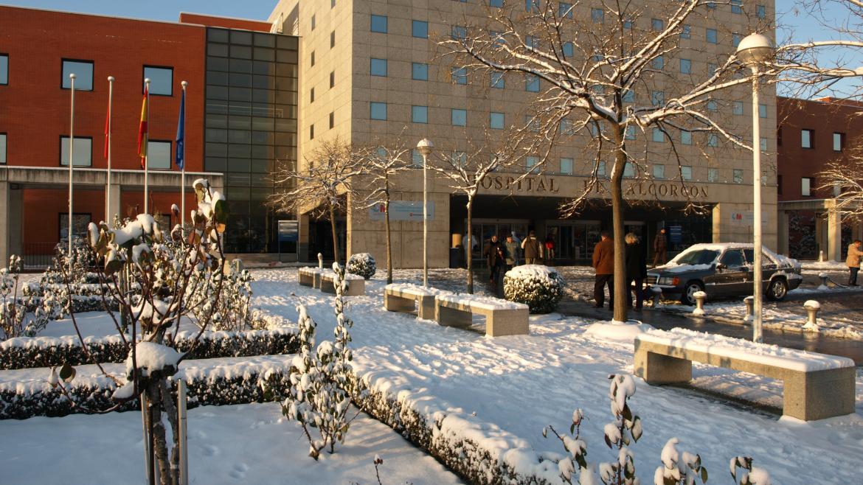 Hospital con fachada nevada