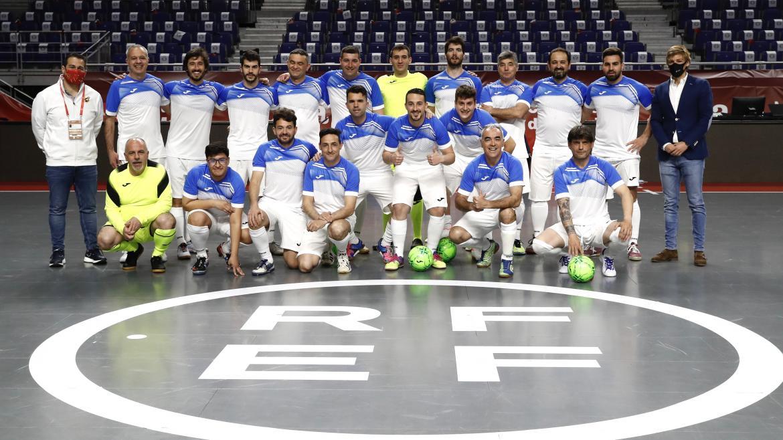 Sanitarios del Servicio Madrileño de Salud en el partido contra veteranos de la Selección Española de Fútbol