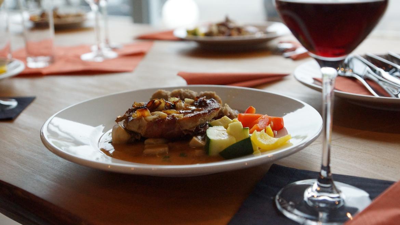 Plato de comida con copa de vino