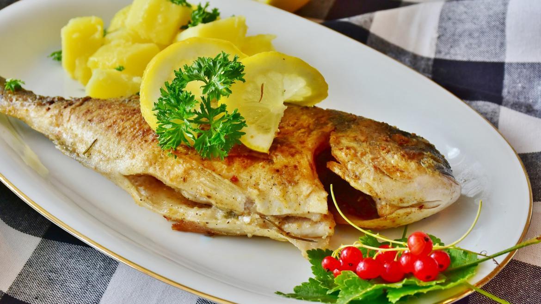 Plato con pescado asado y decoración navideña