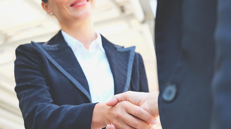 Una mujer de negocios dando la mano
