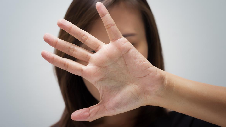 Una mujer con la mano abierta y extendida
