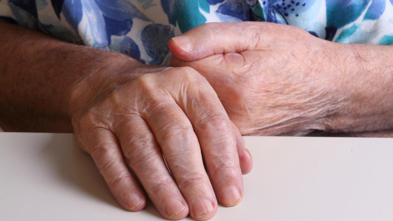 Las manos de una persona mayor