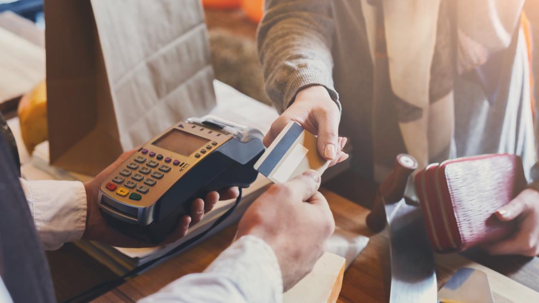 Un cliente pagando