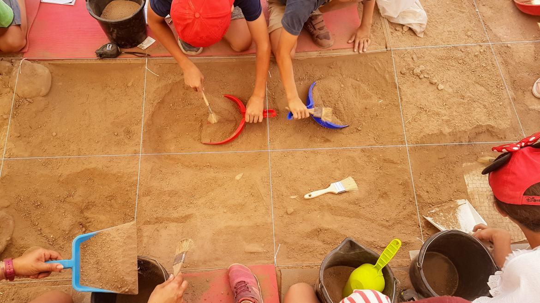 Niños en una excavación arqueologica