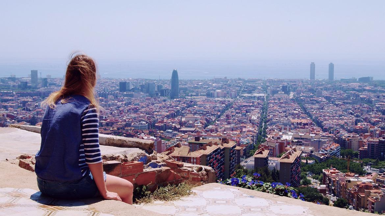 Joven mirando ciudad