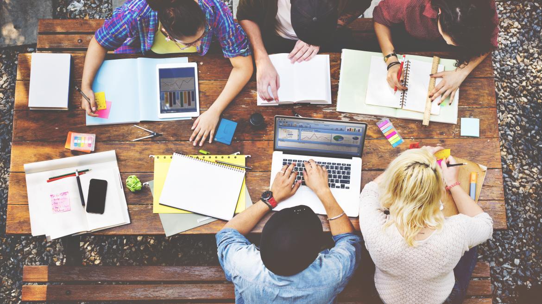 Grupo de jóvenes trabajando en una mesa