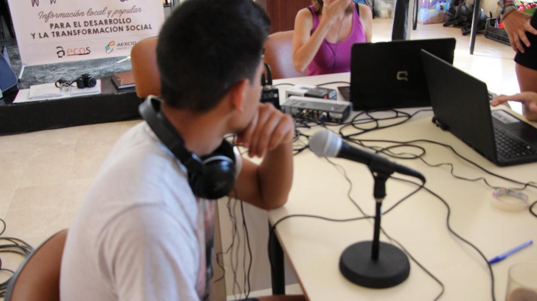 Joven ante micrófono de radio