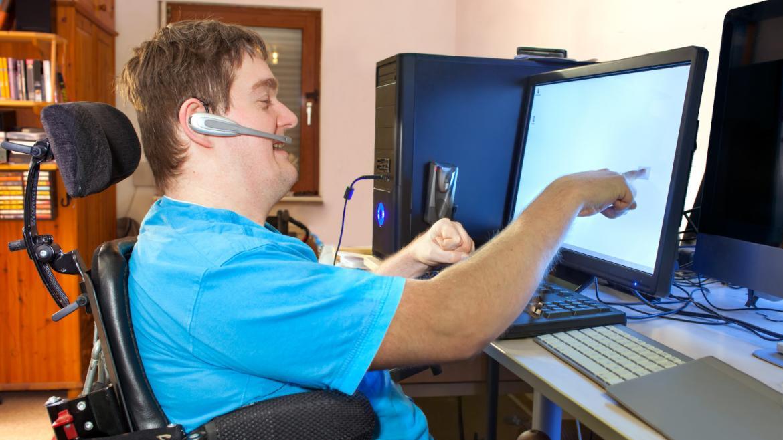 Persona con discapacidad trabajando delante de un ordenador