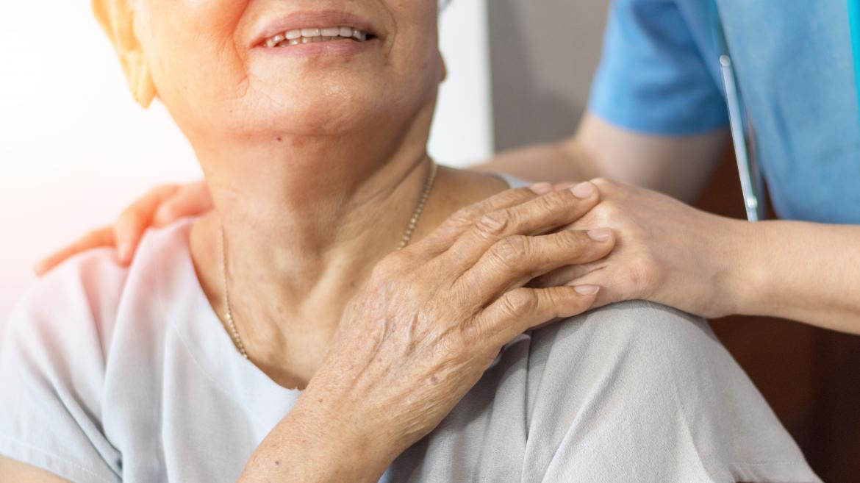 Voluntario con persona mayor