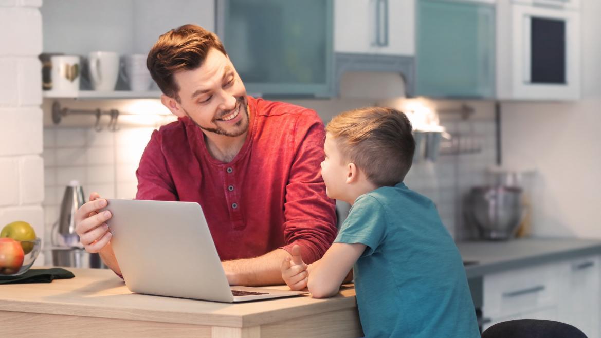Padre e hijo frente a un ordenador sentados