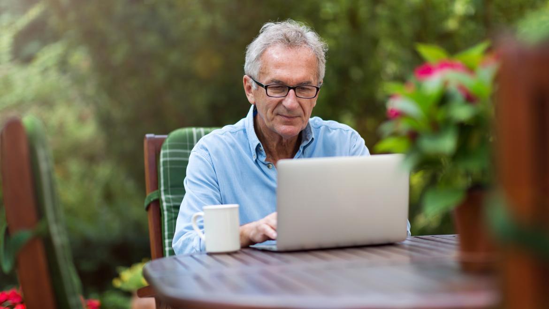 Persona mayor con el ordenador