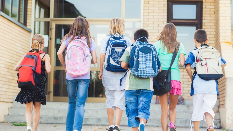 Grupo de escolares acudiendo al colegio juntos