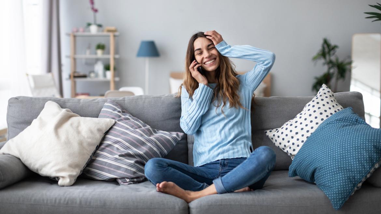 Una joven habla por teléfono