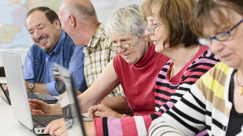 Grupo de personas mayores estudiando
