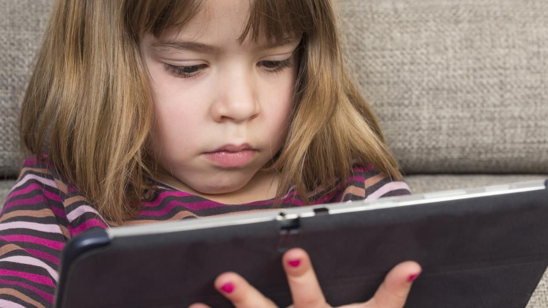 Una alumna utilizando su tablet