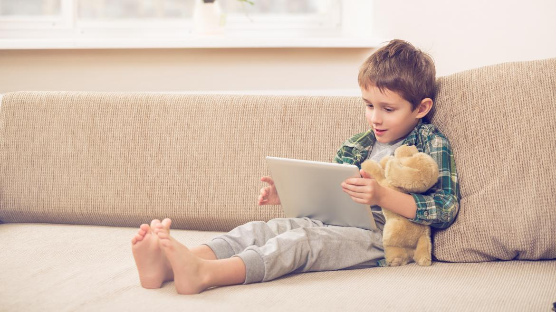 Un niño utilizando una tablet