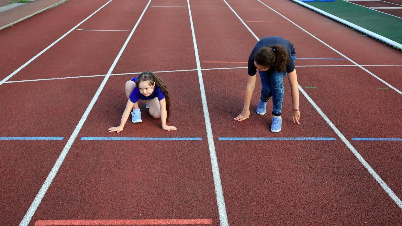 Una niña con Síndrome de Down aprende atletismo con su monitora