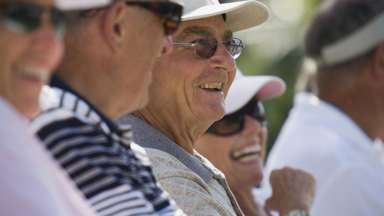 Grupo de personas mayores sonriendo