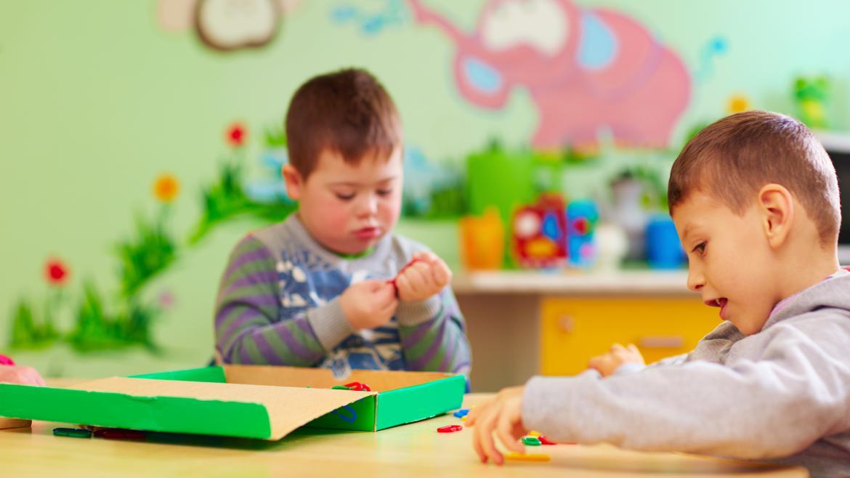 Niños con necesidades especiales en un centro de educación especial