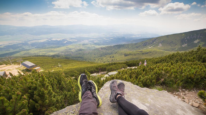 pies en reposo sobre roca
