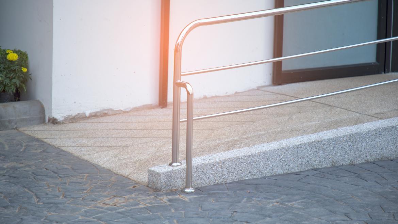 Rampa con pasamanos de acero inoxidable para personas en silla de ruedas