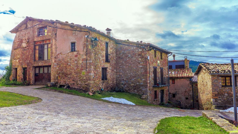 casas de piedra de varias plantas en pueblo de la sierra