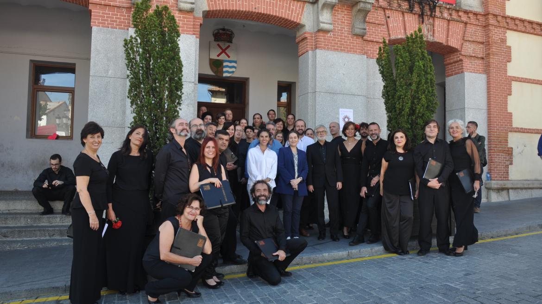 La consejera de Cultura y Turismo, Marta Rivera, junto algunos de los artistas que han participado en el concierto 'A Villa Voz' en Rascafría