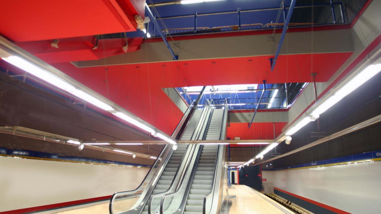 Cuerpo de escaleras de bajada a andén de la estación de Villaverde Alto