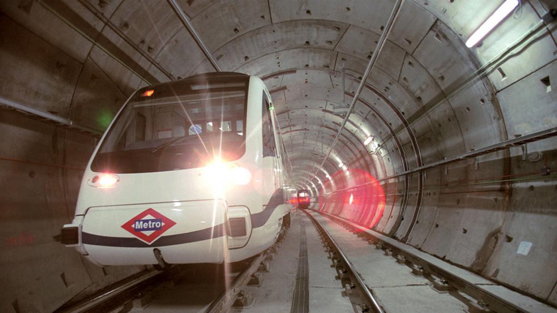 Túnel de Metro de Madrid con tren circulando