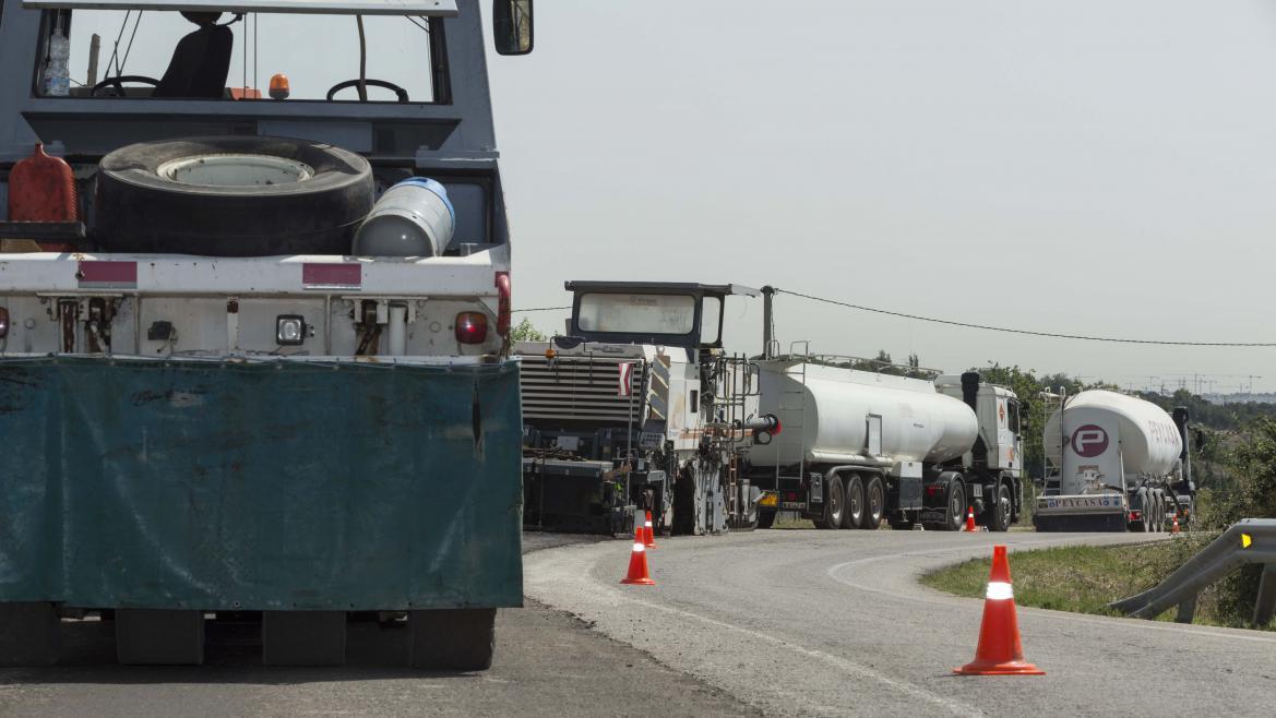 Varios camiones trabajan en la mejora de una carretera de la Comunidad de Madrid