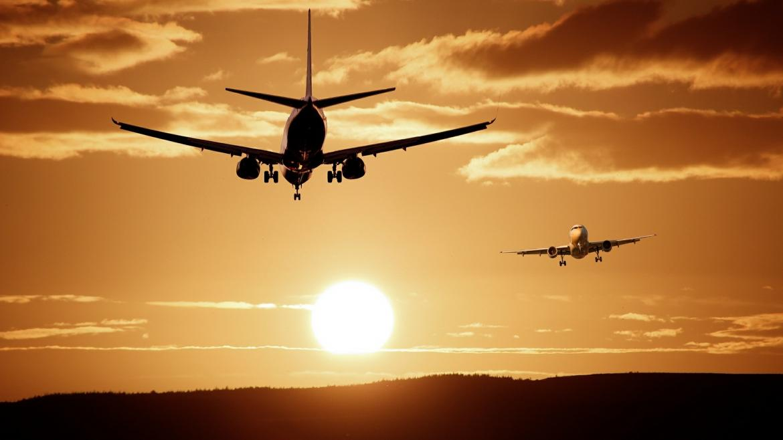 Avión al atardecer