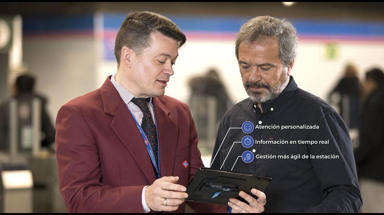 Empleado de Metro de Madrid con una tablet informado a un usuario