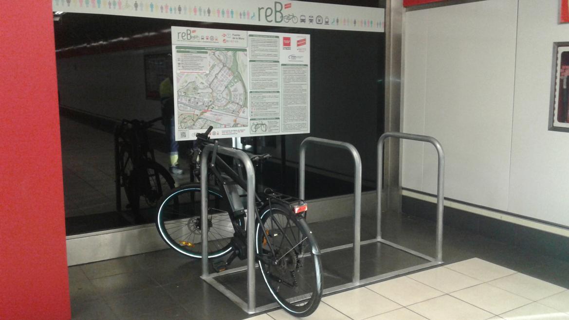 Imagen de una bici aparcada en el estacionamiento REB de la estación de Fuente de la Mora