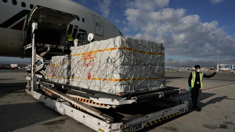 Avión material sanitario descarga