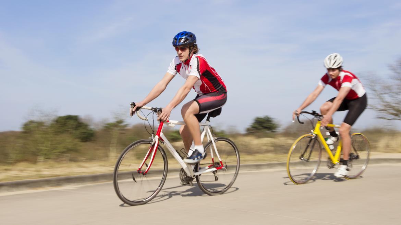 Dos ciclistas en una carretera