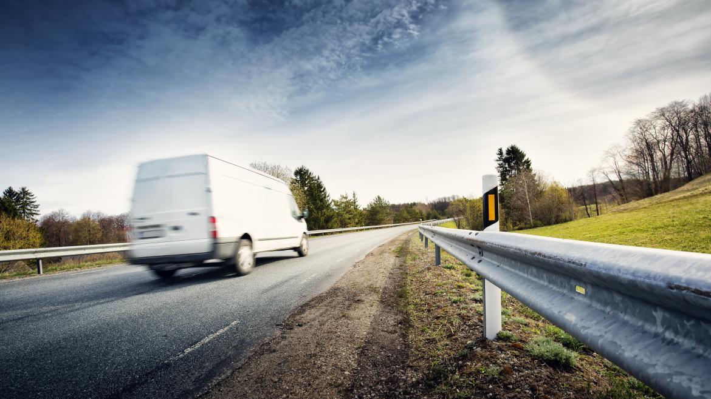 furgoneta por carretera