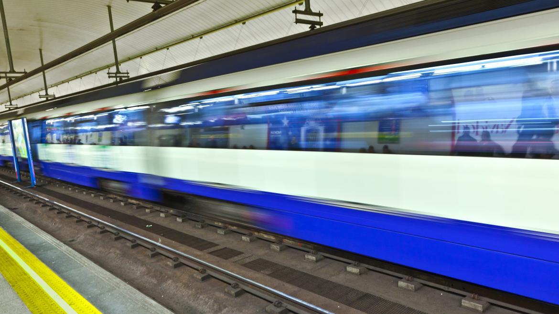 Estación de Metro de Madrid con un tren en movimiento