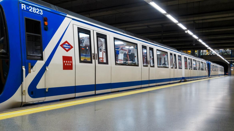 Tren de metro en una estación
