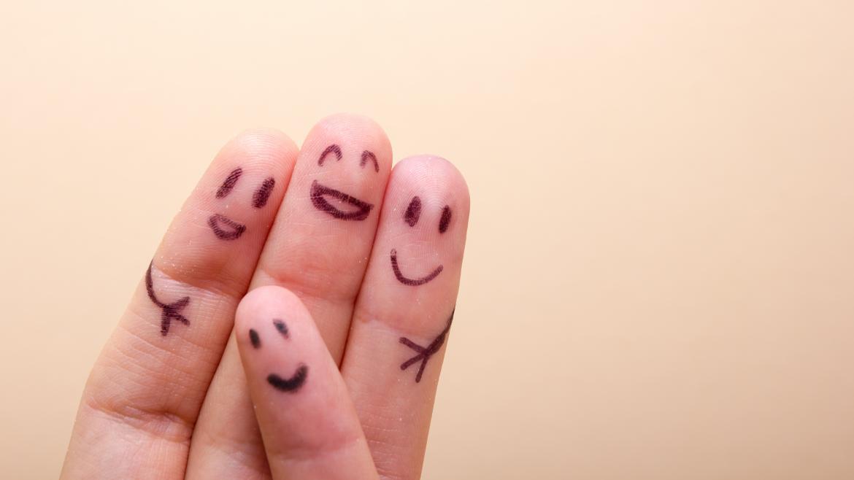 Dedos de la manso pintados simulando una familia
