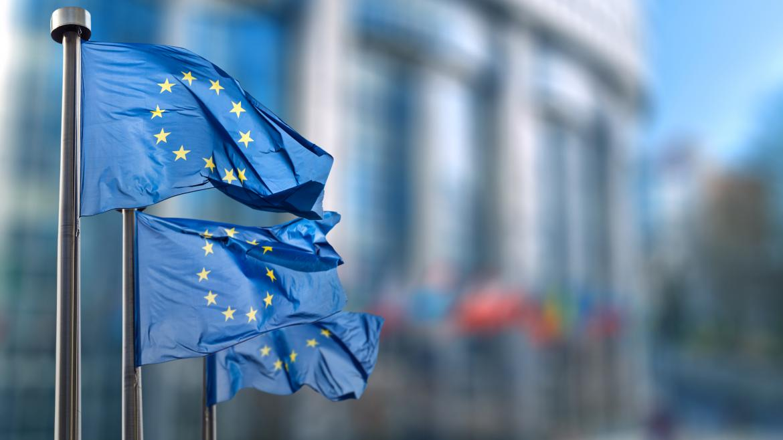 Dos banderas de la Unión Europea ondean con Bruselas de fondo