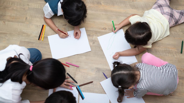 Niños pintando en una escuela infantil