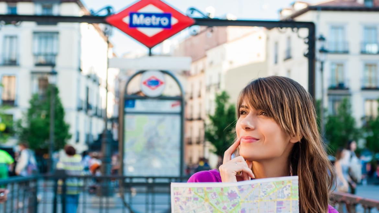 Turista con plano de Metro en Madrid