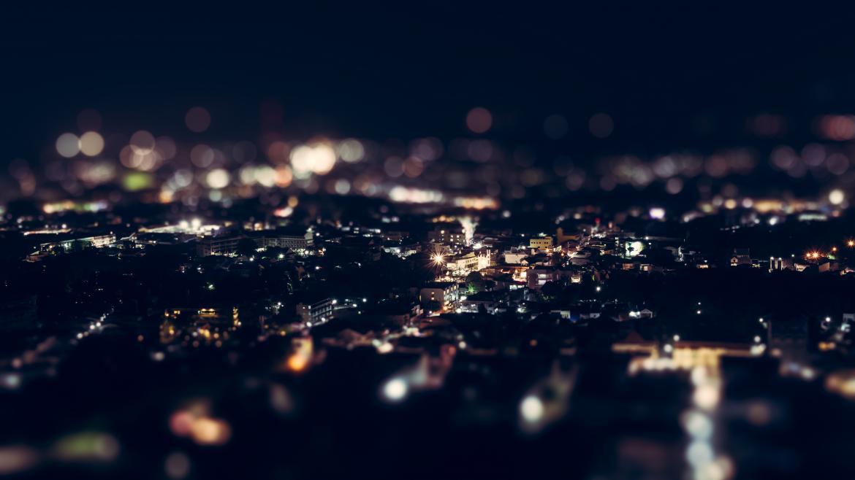 Ciudad iluminada por la noche vista desde lejos