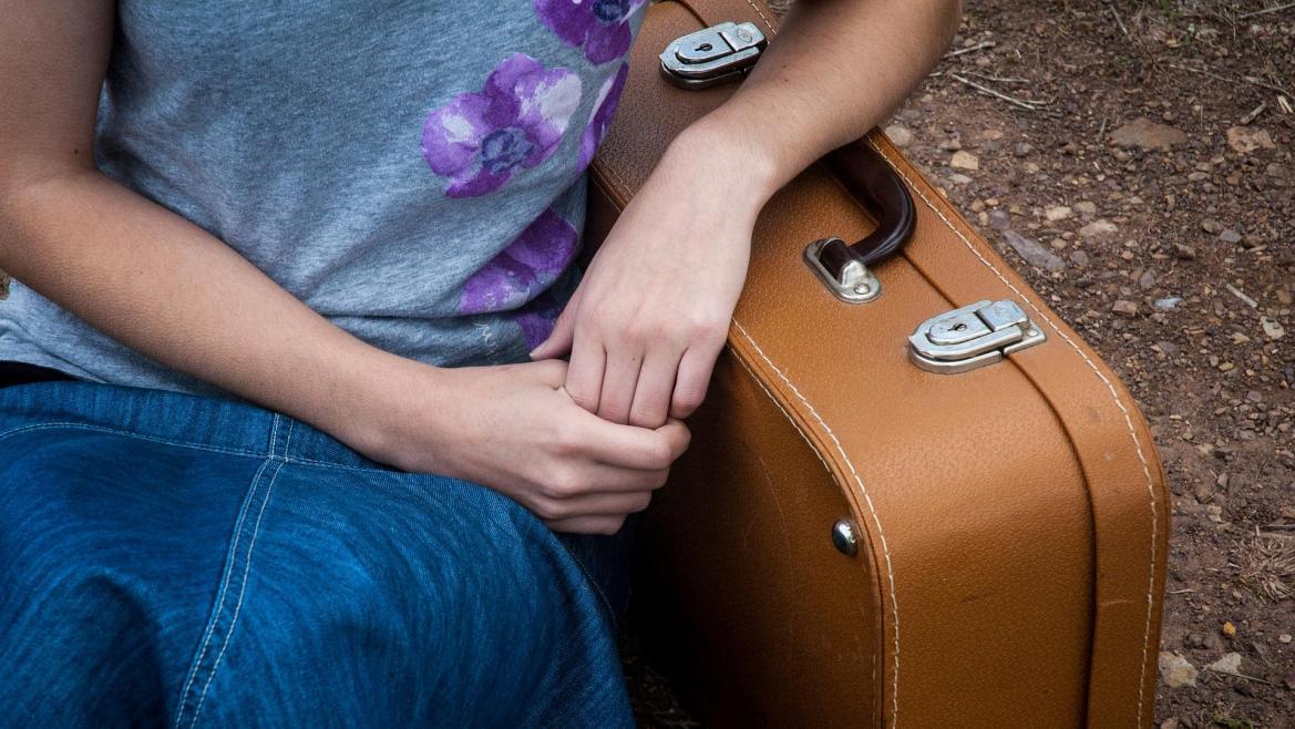 Joven con maleta