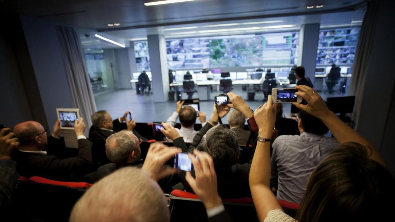 Imagen de personas grabando con sus móviles durante su visita al Centro Integral del Transporte Público (CITRAM)